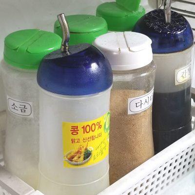 6종양념-식용유 간장 소금 다시다 설탕 후추가루-주방에 비치
